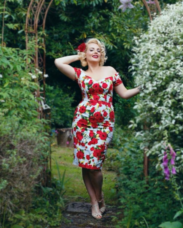 Trying my best to be an English Rose 😂 how am I doing ?  . . Summer times in British gardens are certainly hot this weekend 🔥 . . Dress by @british_retro its defo one of my favourites I love the hour glass cut on these and beautiful rose print. . . #britishsummer #englishrose #englishgarden #50s #vintagepinup #1950sstyle #vintagestyle #hourglass #blonde #50shairstyle #retroaesthetic #sundayvibes #heatwave #vintagegirl #wiggledress #50sfashion #greengarden #modellife #britishblonde #marilynmonroelookalike #roses #hairflowers #marilynmonroestyle #50sdress