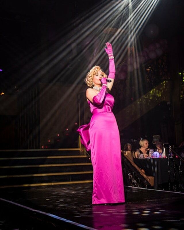 Was a real honour to perform Marilyn for @pinkribbonfoundation. Such an incredible charity and so important to raise awareness. Remember to check your breasts ! . Shot at @proudembankment  by 📸 @kellyreevesphotography  . . #pinkribbonfoundation #chairty #pinklondon2021 #checkyourboobs #checkyourboobies #thinkpink #beaware #singer #comedian #host